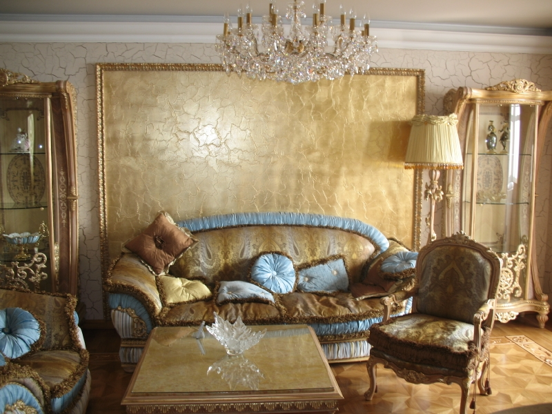 Красивая отделка стен с помощью декоративной штукатурки в зале
