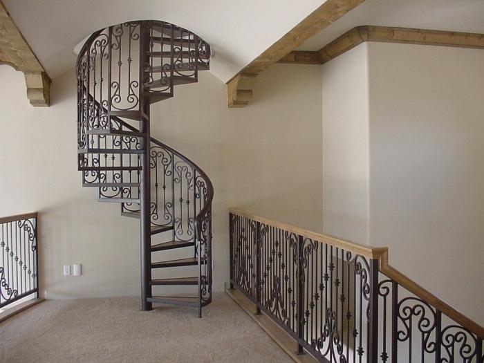 Красивая лестница винтовой формы с двухэтажном коттедже