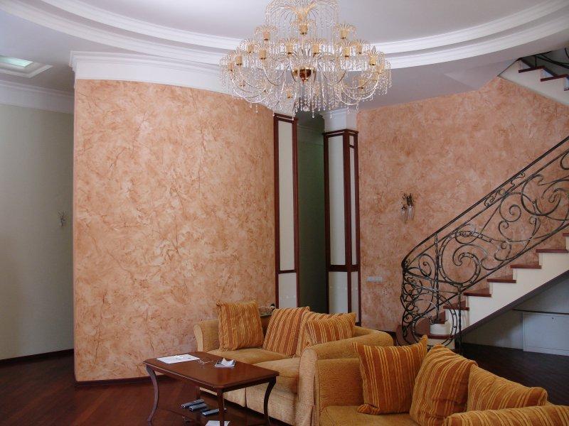 Применение декоративной штукатурки в загородном доме (первый этаж)