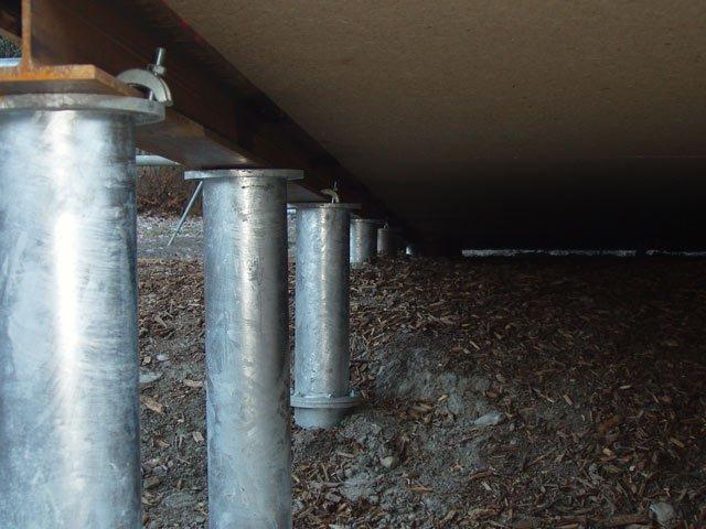 Пример готового винтового фундамента под домом