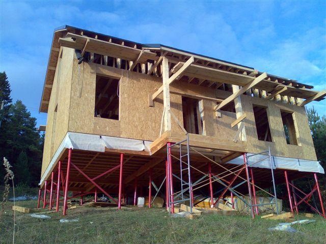 Готовый дом на специальном каркасном фундаменте из SIP панелей