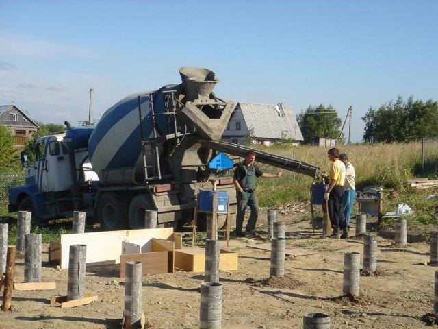 Бригада выполняет подготовку перед заливкой бетона из автомиксера